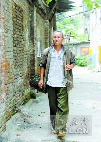 河南省正阳县汝南埠镇的李同太带着一把二胡赶到了湘