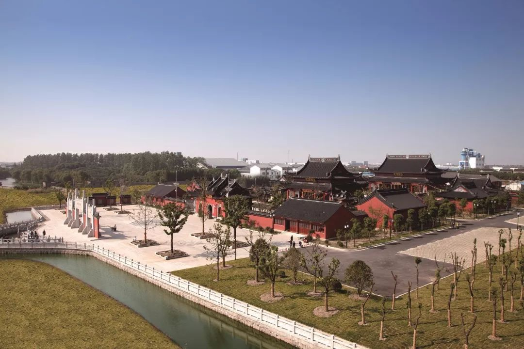 """隆力奇养生小镇是自身性的,以蛇文化为基础,以健康、养生工业产品为主体,以全域旅游产业发展为导向,以工业旅游为资源基础,中高端健康、养生度假为核心发展起来的全域旅游特色养生小镇。目前小镇内建有东方蛇园、""""江南奇兵""""训练场、有机农场、真武观、人工智能4."""