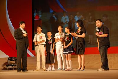 陈怀德胡静阿丘与灾区小学的师生在一起